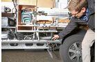 Als Abstandhalter zwischen Aufbau- und Fußboden setzt die B-Klasse auf leichte und dennoch tragfähige Kunststoffröhren.