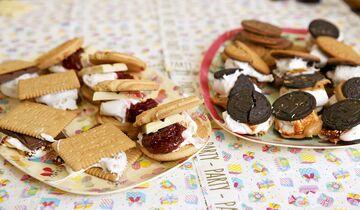 Am einfachsten kann man über einem Lagerfeuer Marshmallows mit Keksen zubereiten. Es bieten sich aus den Zutaten viele Kombinationsmöglichkeiten: Butterkeks-Schoko-Klassiker, Weiße Schokolade küsst Himbeerkringel, Oreo-Erdnussbutter-Sauerrei, Digestifkeks mit Edelbitter.