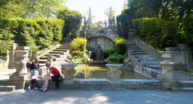 Auf der Roseburg werden unterschiedliche Architektur- und Gartenbaustile in gefälliger Weise gemixt.