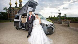 Campingbus mit Brautpaar