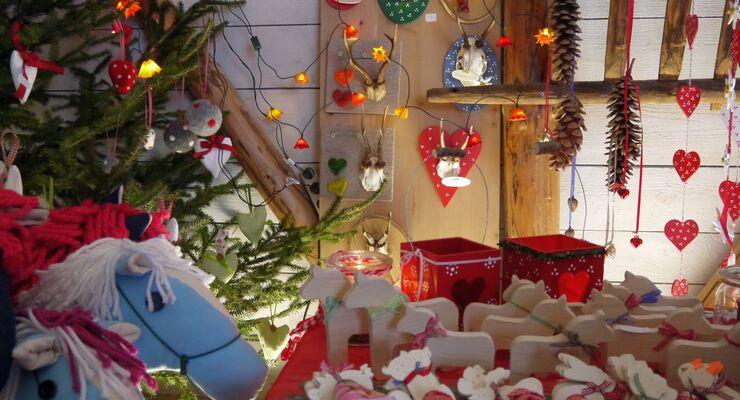 Das Hofgut Hopfenburg feiert in und vor der großen Festscheune den dritten Adventsmarkt am Sonntag, den 1. Dezember 2013.