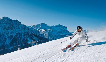 Der Alpinskifahrer links hat Spaß am Kronplatz