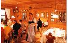 Die Abende im Tal klingen fast immer mit einem guten Essen in uriger Atmosphaere aus.