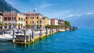 Gargnano mit seinen bunten Häusern am Westufer ist Basis für Surfer wie auch für Ausflüge in die Natur.