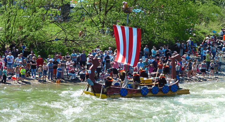 Jedes Jahr im Frühling findet auf der Sitter in der Schweiz das bei Zuschauern sehr beliebte Mammut-Floß-Rennen statt.