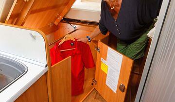 Klappdeckel und Beleuchtung helfen beim Kleiderzugriff.