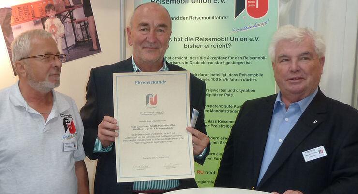 Michael Paul Pludra, Vizepräsident der Reisemobil Union, überreichte Peter Gelzhäuser eine Urkunde für besondere Verdienste.