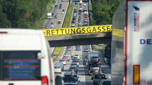 Mit Beginn der Sommerferien wird es besonders auf den Straßen Richtung Süden wieder sehr eng. Alle wollen in den Urlaub. Beim Chrash, sind dann nicht nur zwei sondern mehrere Fahrzeuge betroffen.