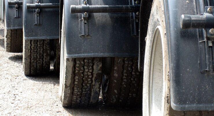 Nach einem Urteil des Landgerichts Heidelberg haftet ein Lkw-Fahrer für den Steinschlag in die Frontscheibe bei einem Pkw