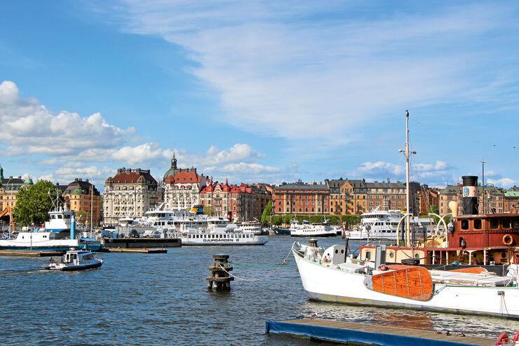 Schärendampfer im Zentrum von Stockholm, dahinter die Prachtstraße Strandvägen.