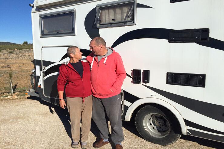 Sonja und Ernst vor Wohnmobil