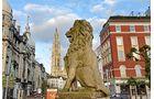 Statue und Turm der Liebfrauenkathedrale in der City von Antwerpen.