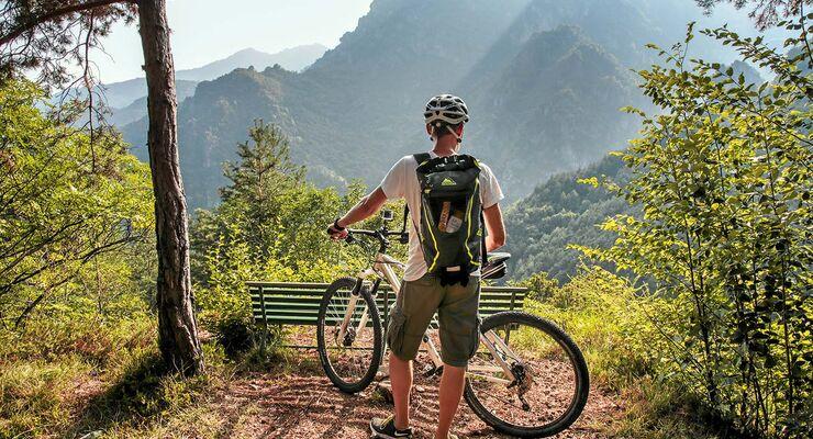 Viel Platz im Hinterland rund um den See, ideal zum Mountainbiken.