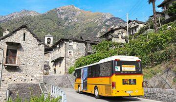 Wer enge, kurvenreiche Straßen scheut, wählt die gelben Postbusse